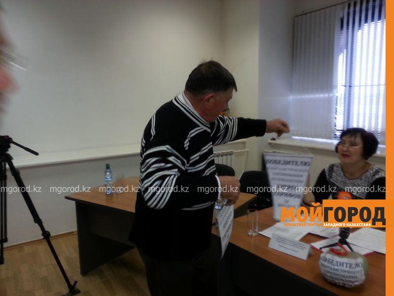 Тыкву подарили общественники Уральска монопольщикам 20151229_120051 [800x600]
