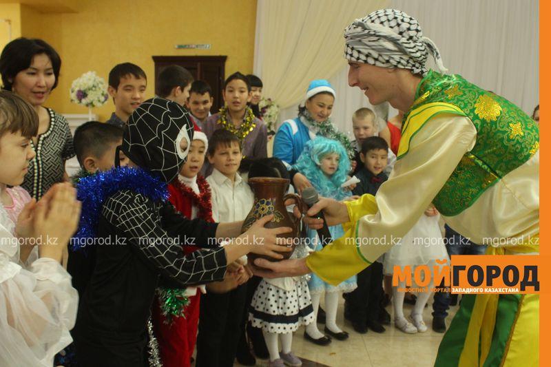 Новости - Воспитанников детских домов и ЦАНа поздравили с Новым годом в Уральске novi god (17)