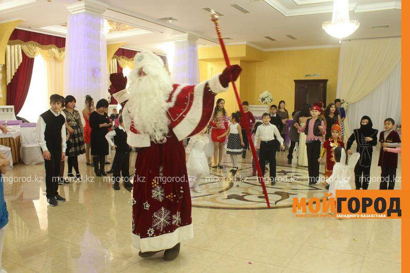 Новости - Воспитанников детских домов и ЦАНа поздравили с Новым годом в Уральске novi god (22)