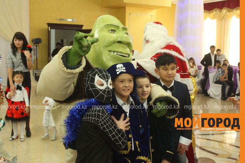 Новости - Воспитанников детских домов и ЦАНа поздравили с Новым годом в Уральске novi god (25)