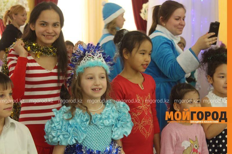 Новости - Воспитанников детских домов и ЦАНа поздравили с Новым годом в Уральске novi god (26)