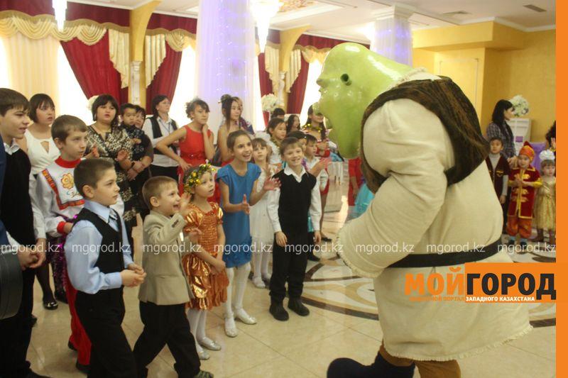 Новости - Воспитанников детских домов и ЦАНа поздравили с Новым годом в Уральске novi god (27)