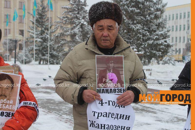 Новости уральск - уральцы вышли на главную площадь с портретами погибших в жанаозене zhanaozen (3)