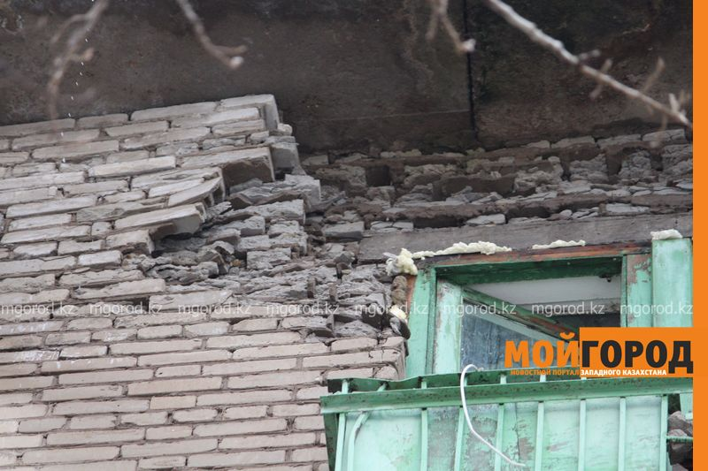 Жители разрушающего дома в Уральске не хотят ремонтировать крышу за свой счет dom (10)