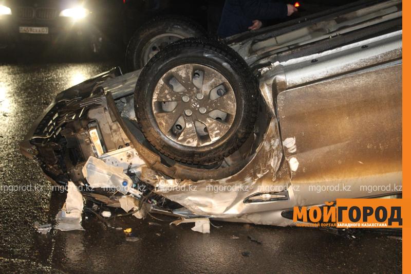 Новости Уральск - В Уральске после столкновения иномарка перевернулась на крышу dtp6