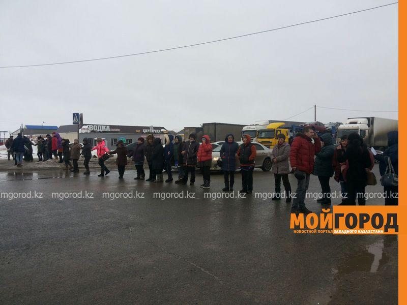 Продавцы мясных рынков перекрыли улицу в Уральске myaso1