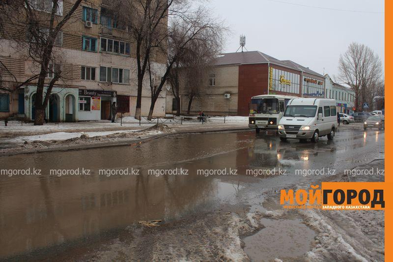 В Уральске в новом ЦОНе с крыши течет вода (фото) talovaya voda (2)