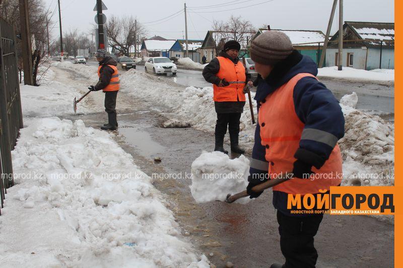 В Уральске в новом ЦОНе с крыши течет вода (фото) talovaya voda (5)