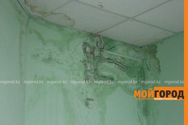 В Уральске в новом ЦОНе с крыши течет вода (фото) tson voda (2)