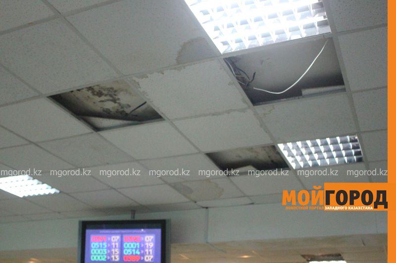 В Уральске в новом ЦОНе с крыши течет вода (фото) tson voda (4)