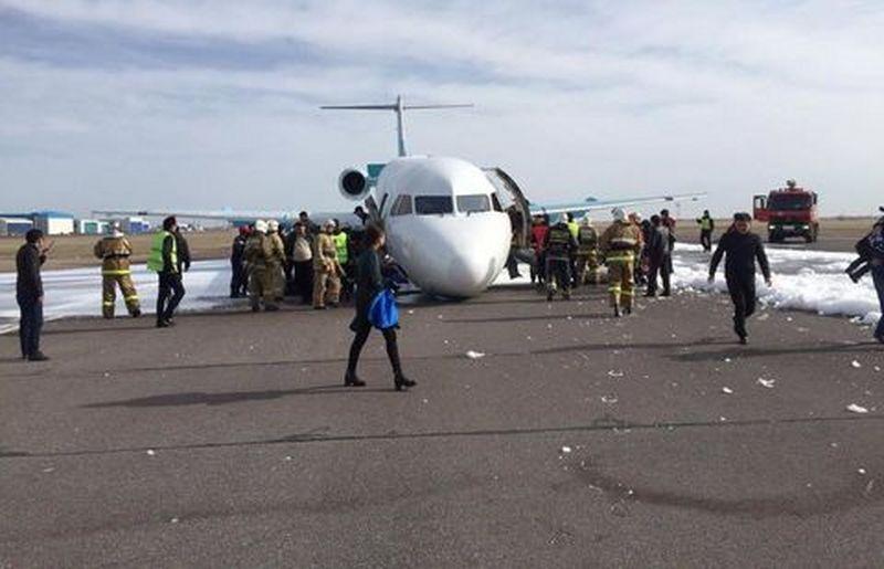 Самолет Bek Air приземлился без переднего шасси в аэропорту Астаны Фото Facebook /Erlan Sakenov
