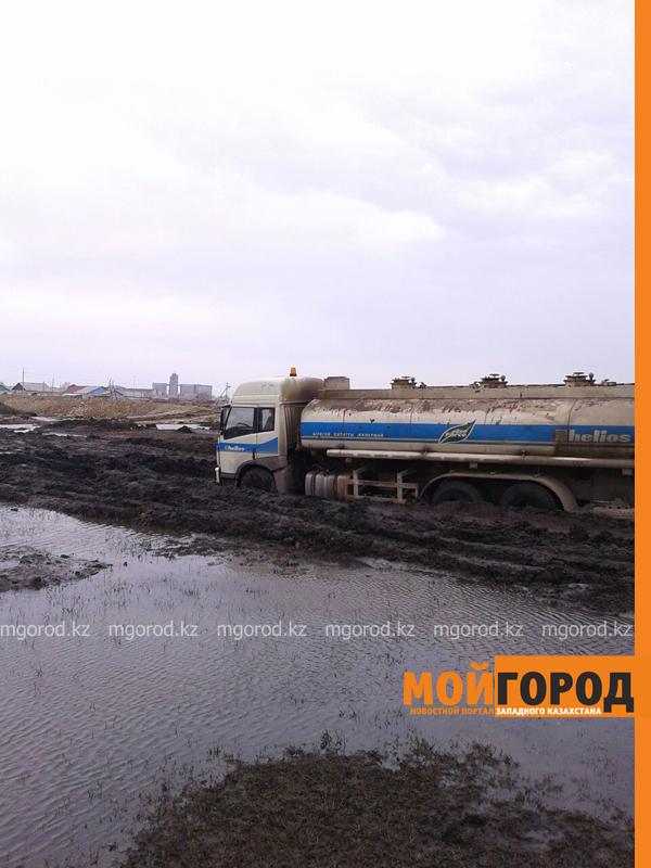Новости - Большегрузная машина с 15 тоннами бензина застряла в грязи на трассе Уральск-Таскала (фото, видео) taskala_doroga1