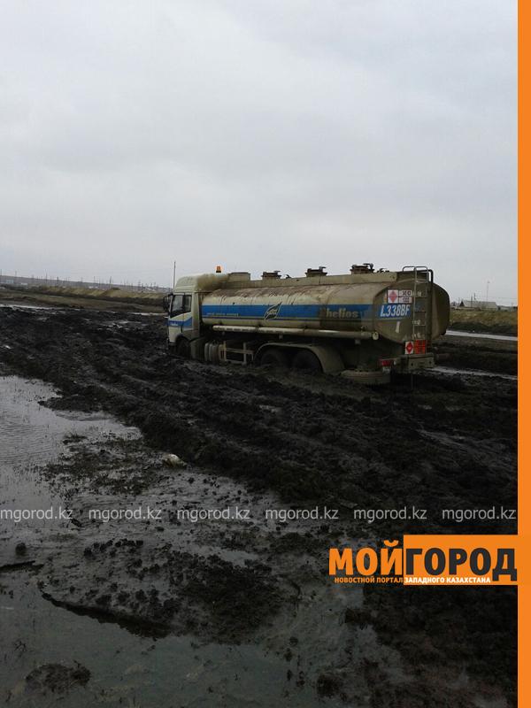 Новости - Большегрузная машина с 15 тоннами бензина застряла в грязи на трассе Уральск-Таскала (фото, видео) taskala_doroga4