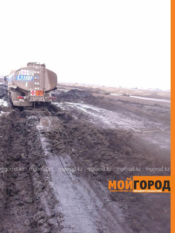 Новости - Большегрузная машина с 15 тоннами бензина застряла в грязи на трассе Уральск-Таскала (фото, видео) taskala_doroga5