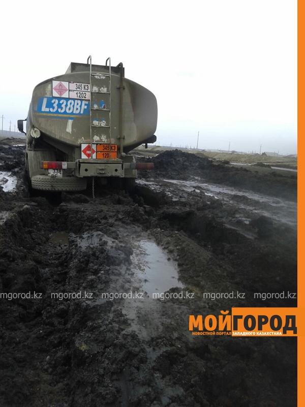 Новости - Большегрузная машина с 15 тоннами бензина застряла в грязи на трассе Уральск-Таскала (фото, видео) taskala_doroga6