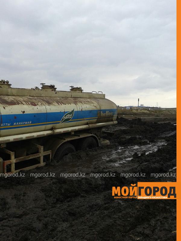 Новости - Большегрузная машина с 15 тоннами бензина застряла в грязи на трассе Уральск-Таскала (фото, видео) taskala_doroga7