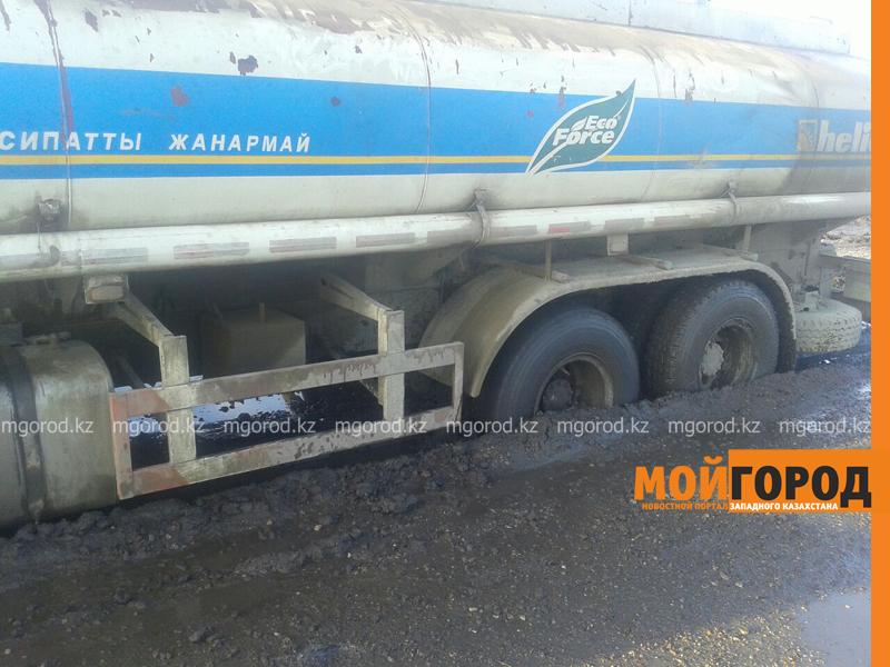 Новости - Большегрузная машина с 15 тоннами бензина застряла в грязи на трассе Уральск-Таскала (фото, видео) taskala_doroga8