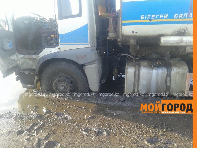 Новости - Большегрузная машина с 15 тоннами бензина застряла в грязи на трассе Уральск-Таскала (фото, видео) taskala_doroga9