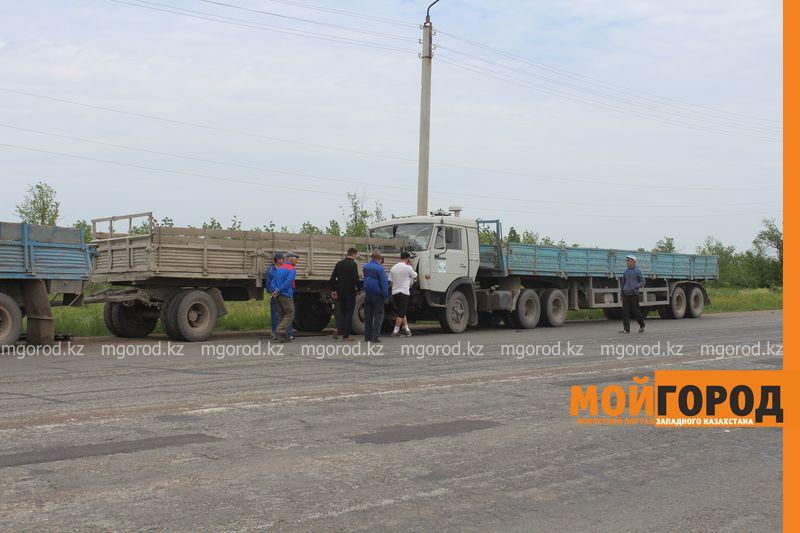 В ЗКО на трассе Уральск-Аксай столкнулись три большегруза IMG_2830 [800x600]