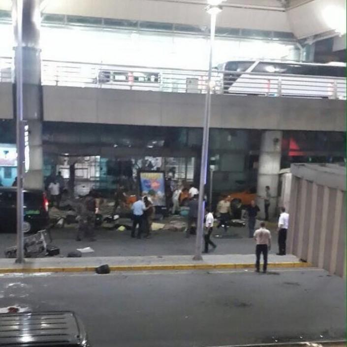 Новости - В крупнейшем аэропорту Стамбула прогремели взрывы Фото пользователя kemalistmert в Instagram