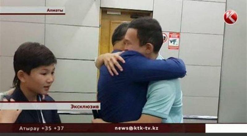 Отсидевший три года в тюрьме США Азамат Тажаяков вернулся на родину Кадр из видео с сайта ktk.kz
