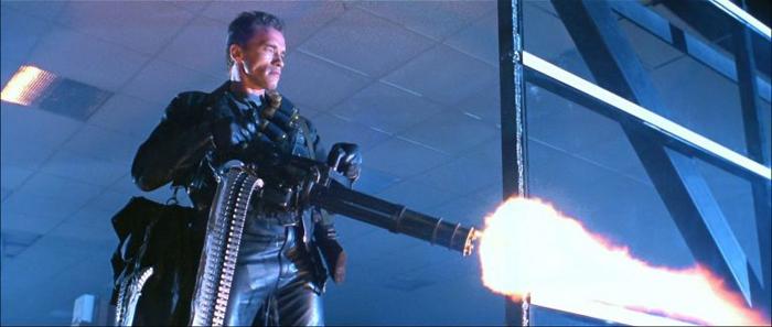 Шварценеггер — единственный на съемочной площадке, кто сумел поднять этот пулемёт.