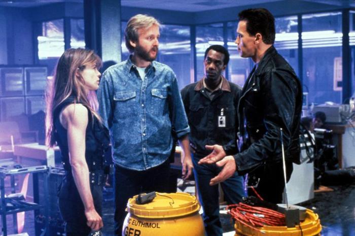 Джо Мортон (на заднем плане) готовится к сцене смерти Дайсона.