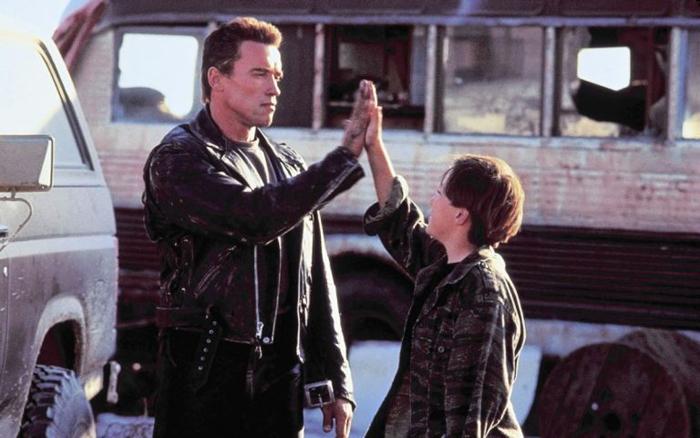 Во время съемок Шварценеггер взял шефство над Ферлонгом, и их отношения в фильме во многом напоминали настоящие.