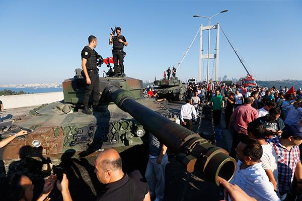 Новости - Жертвами попытки военного переворота в Турции стали 90 человек, более 1500 военных арестованы Фото: Murad Sezer / Reuters