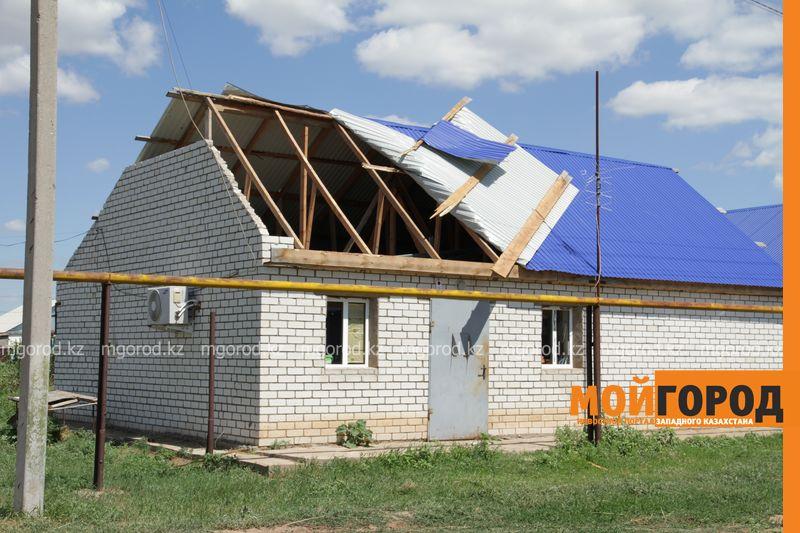 Новости Уральск - В селе ЗКО сильный ураган разрушил дом и сорвал крыши с домов uragan poselok zhayk (6)