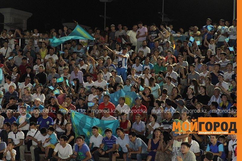 Новости Уральск - Сотни уральцев встретили победу казахстанского боксера на площади box2