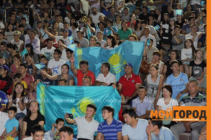 Новости Уральск - Сотни уральцев встретили победу казахстанского боксера на площади box3