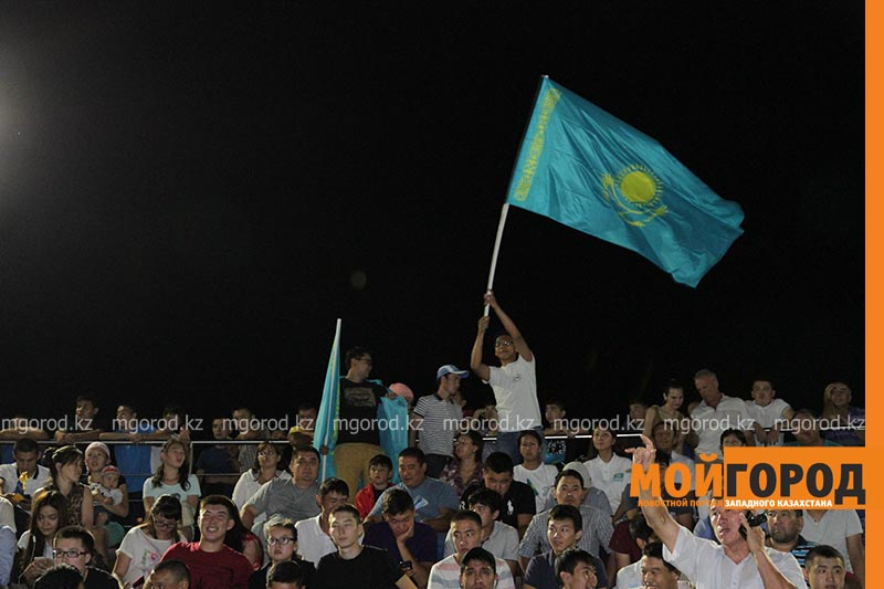 Новости Уральск - Сотни уральцев встретили победу казахстанского боксера на площади box4