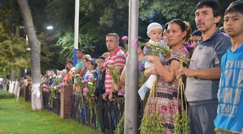 Новости Актобе - Жители Ташкента прощаются с Исламом Каримовым Фото с сайта gazeta.uz