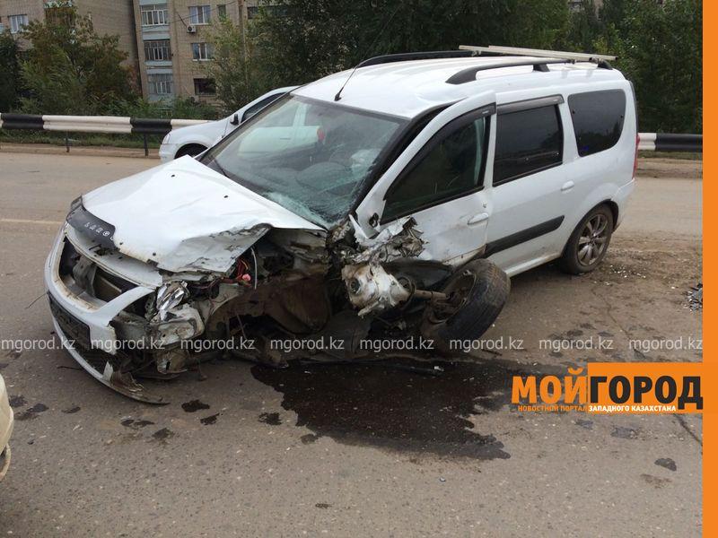 Из-за лопнувшего колеса столкнулись два автомобиля в Уральске IMG-20161001-WA0043