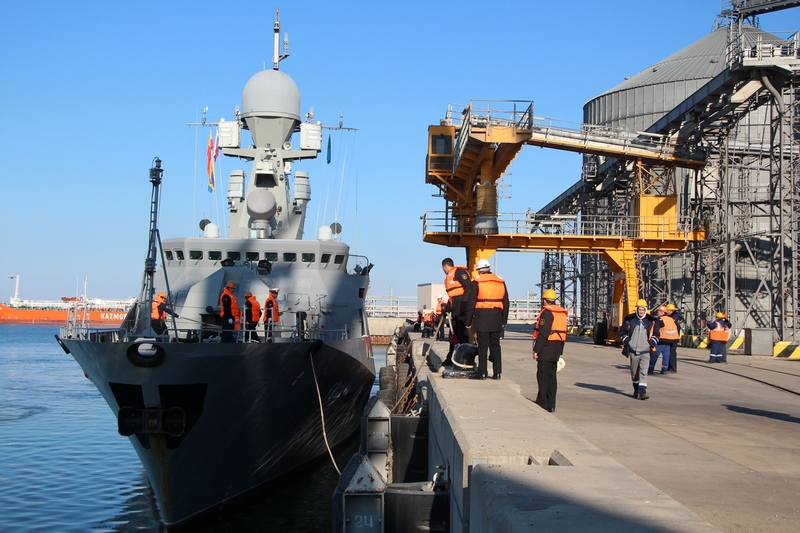 Военные корабли России, участвующие в обстреле позиций ИГ, прибыли в порт Актау IMG_1339