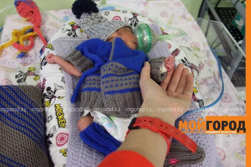 Новости Атырау - В Атырау недоношенных малышей одели в теплые подарки 15056445_724094864435680_3772348162120964682_n [800x600]