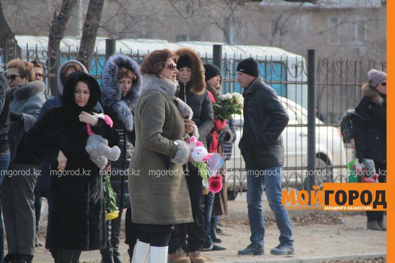 В Актау похоронили 6-летнюю Вику Минину, умершую после изнасилования 2 [800x600]