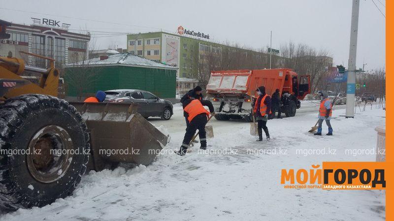 Коммунальные службы Атырау борются со снежной стихией 20161118_113405 [800x600]