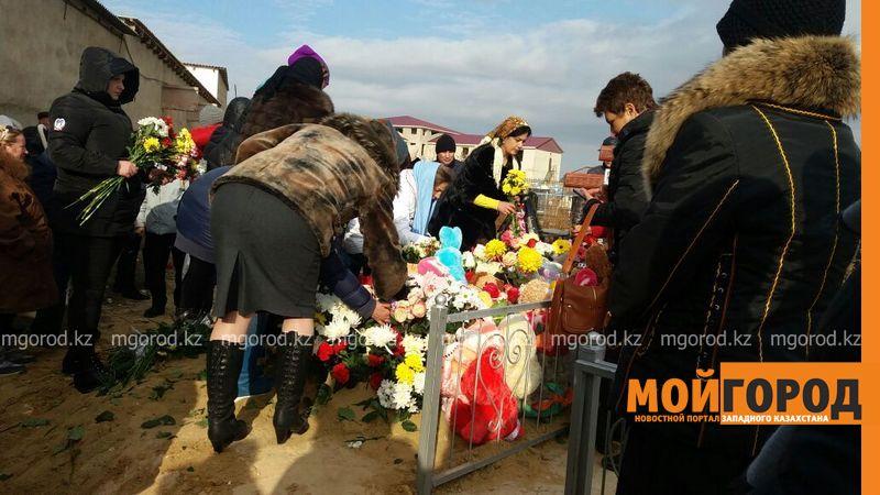 В Актау похоронили 6-летнюю Вику Минину, умершую после изнасилования 2a497505-3cbb-45dc-b650-6939c4397a76 [800x600]