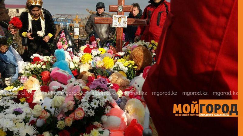 Новости Актау - В Актау похоронили 6-летнюю Вику Минину, умершую после изнасилования 330e75dc-eb5c-41a9-849d-7241c96c51e2 [800x600]