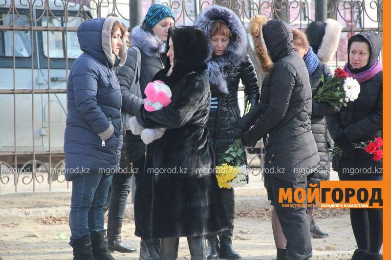 В Актау похоронили 6-летнюю Вику Минину, умершую после изнасилования 5 [800x600]