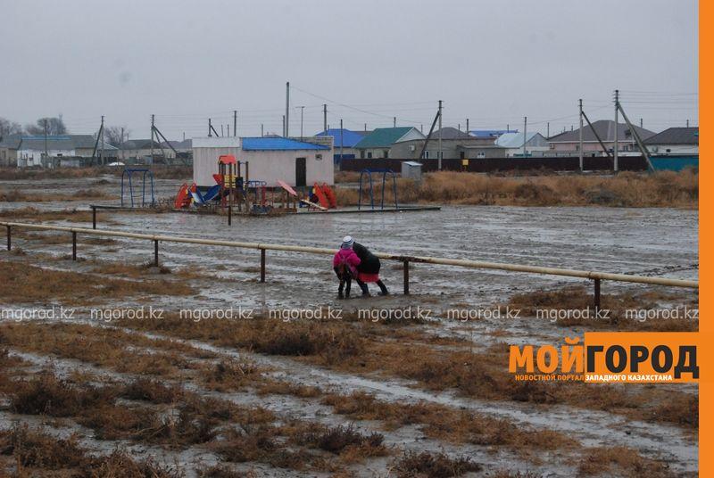 Новости Атырау - В Атырау из-за проливных дождей дети не могут добраться до школы DSC_8924 [800x600]