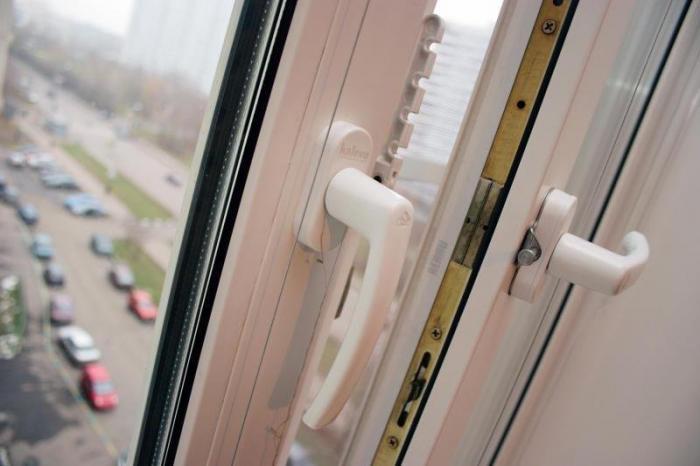 В Атырау два человека выпали с окон многоэтажек, один погиб 1478059325-660