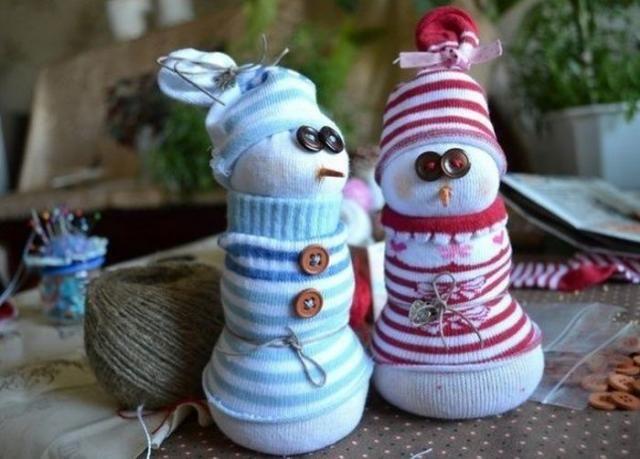 Например, делаем снеговиков из обычного носка