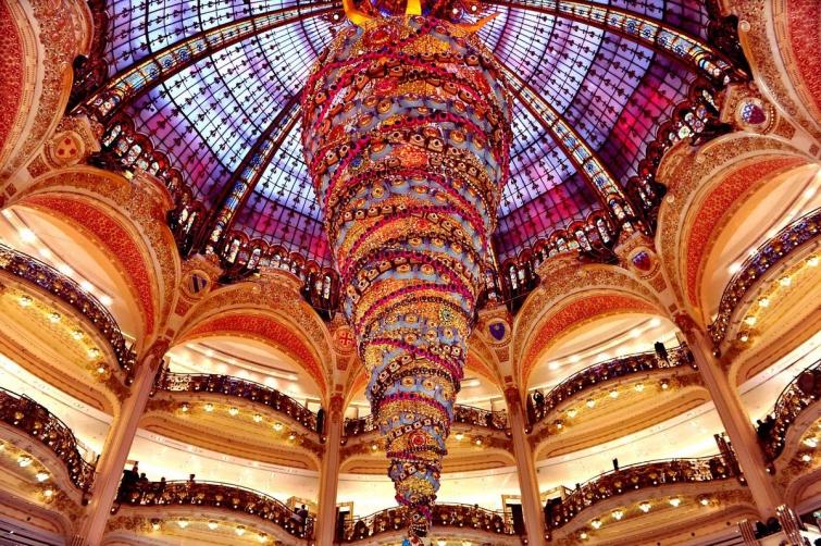 Перевёрнутая ёлка в Париже, Франция