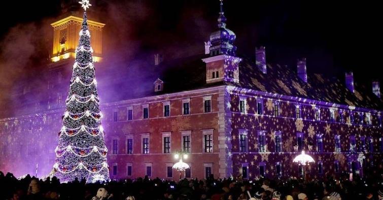 Ёлка, проецирующая гигантские снежинки, Варшава, Польша
