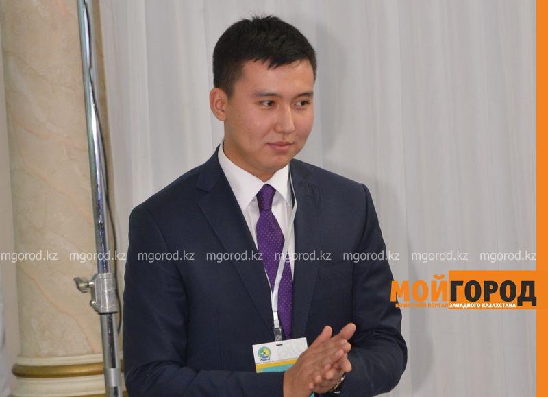 Новости Атырау - Назарбаев встретил в Атырау мальчика, которого 16 лет назад помазал нефтью _AMT6046 [800x600]