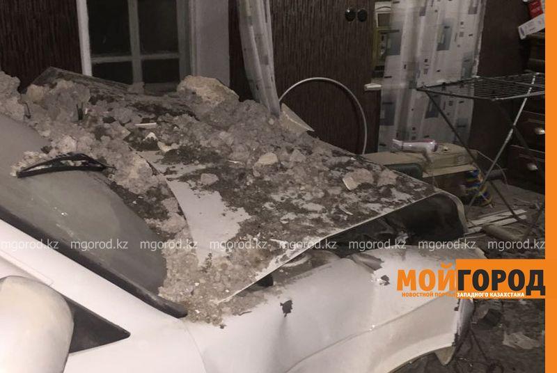 Новости Уральск - В Уральске автомобиль протаранил стену и заехал в частный дом (фото, видео) dtp mashina v dome (1)
