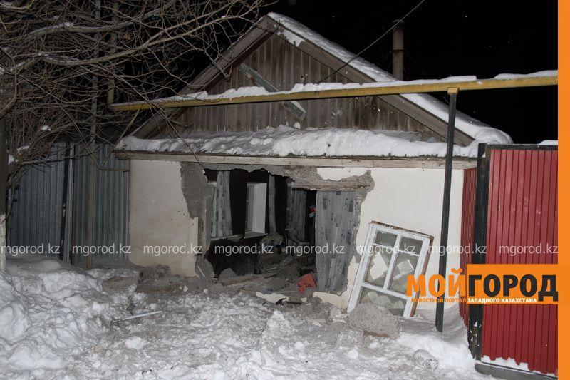 Новости Уральск - В Уральске автомобиль протаранил стену и заехал в частный дом (фото, видео) dtp mashina v dome (3)